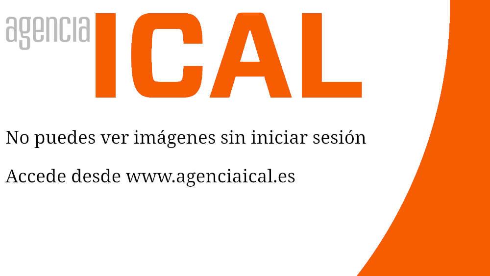El candidato del PP a la Presidencia de la Junta, Juan Vicente Herrera, saluda a su familia en el acto de cierre de campaña celebrado en Burgos